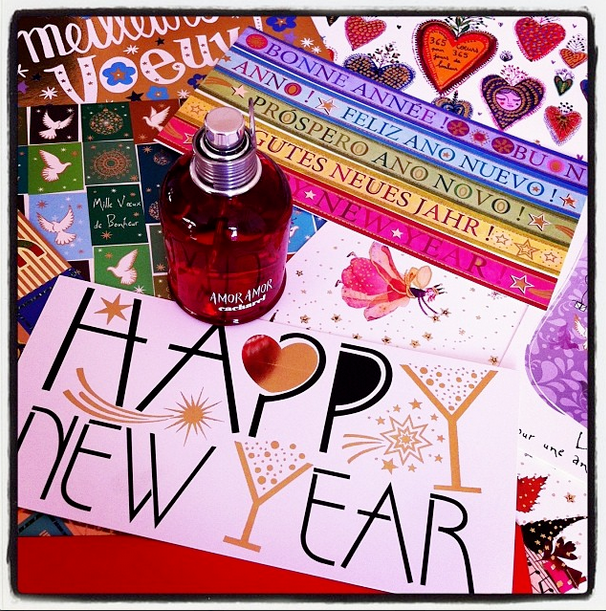 Amor AMor de Cacharel vous souhaite une excellente année avec différentes cartes de vœux multicolores.