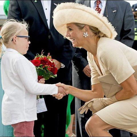 Samedi 29 août tandis que la reine #Maxima des #PaysBas était avec des enfants malades et solidaires son époux le roi #WillemAlexander a rencontré des personnes âgées jadis actives dans la Résistance. Retrouvez l'article et le diaporama sur : http://ift.tt/1tVP0px. Photos :Patrick van Emst/News Pictures. by royal_matcher