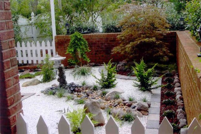 zen japanischer garten kiessteine japanischer kiefer ziegelmauer - pflanzen fur japanischen garten