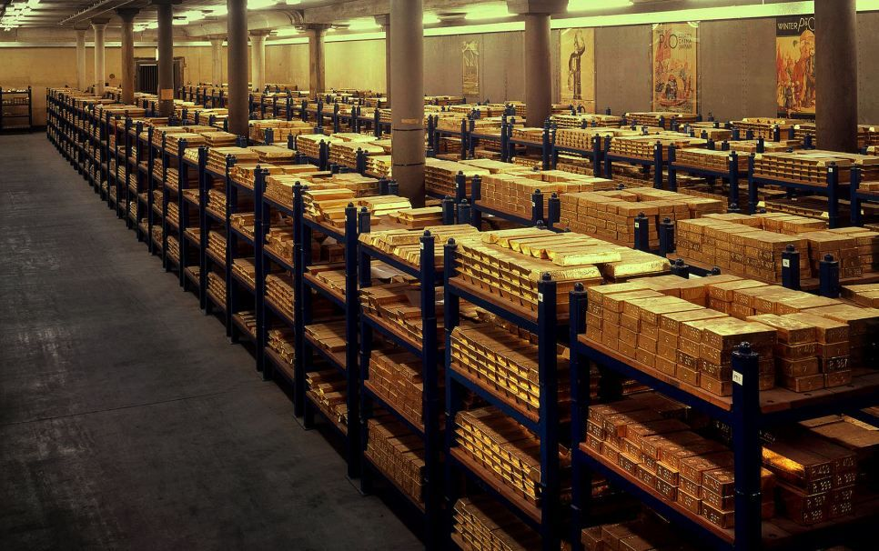 We Ve Still Got A Few Quid Then Bank Of England S Glittering Stash Of 156billion In Gold Bars Stored In Former Canteen U Gold Reserve Gold Money Gold Bullion