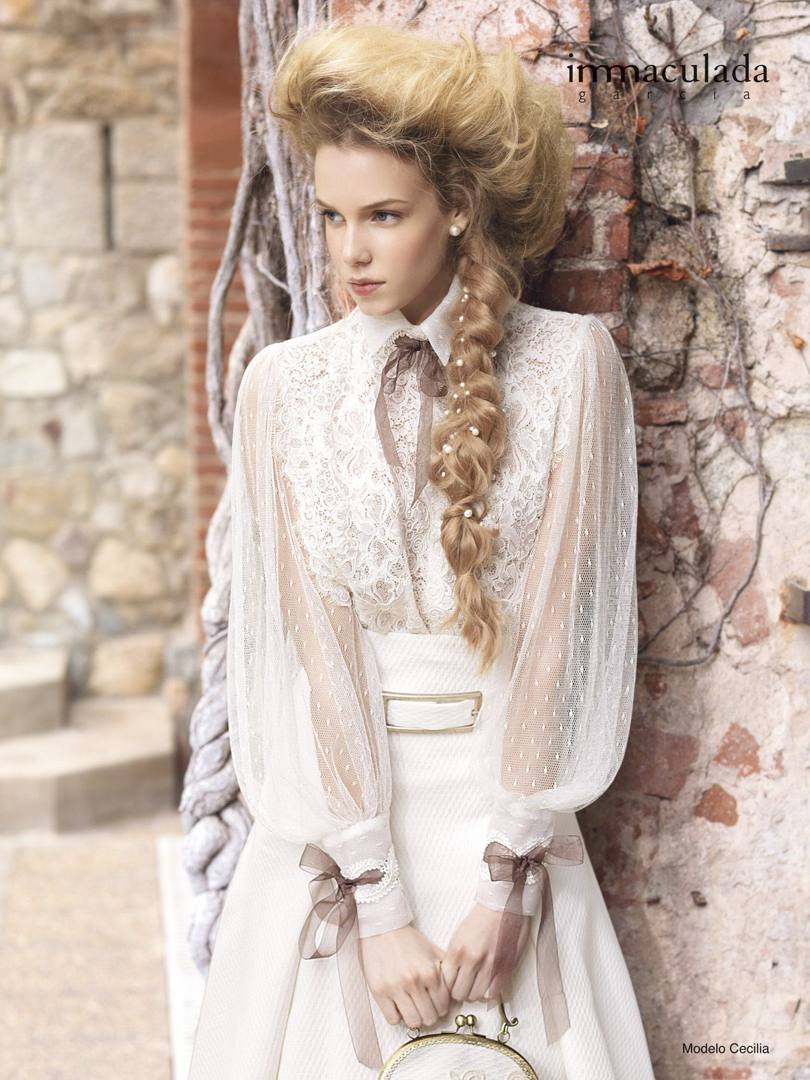 Wunderschönes, langärmliges Brautkleid im Vintage-Look mit Spitze, Schleifen und goldener Schnalle - Jetzt nachsehen bei weddix.de!
