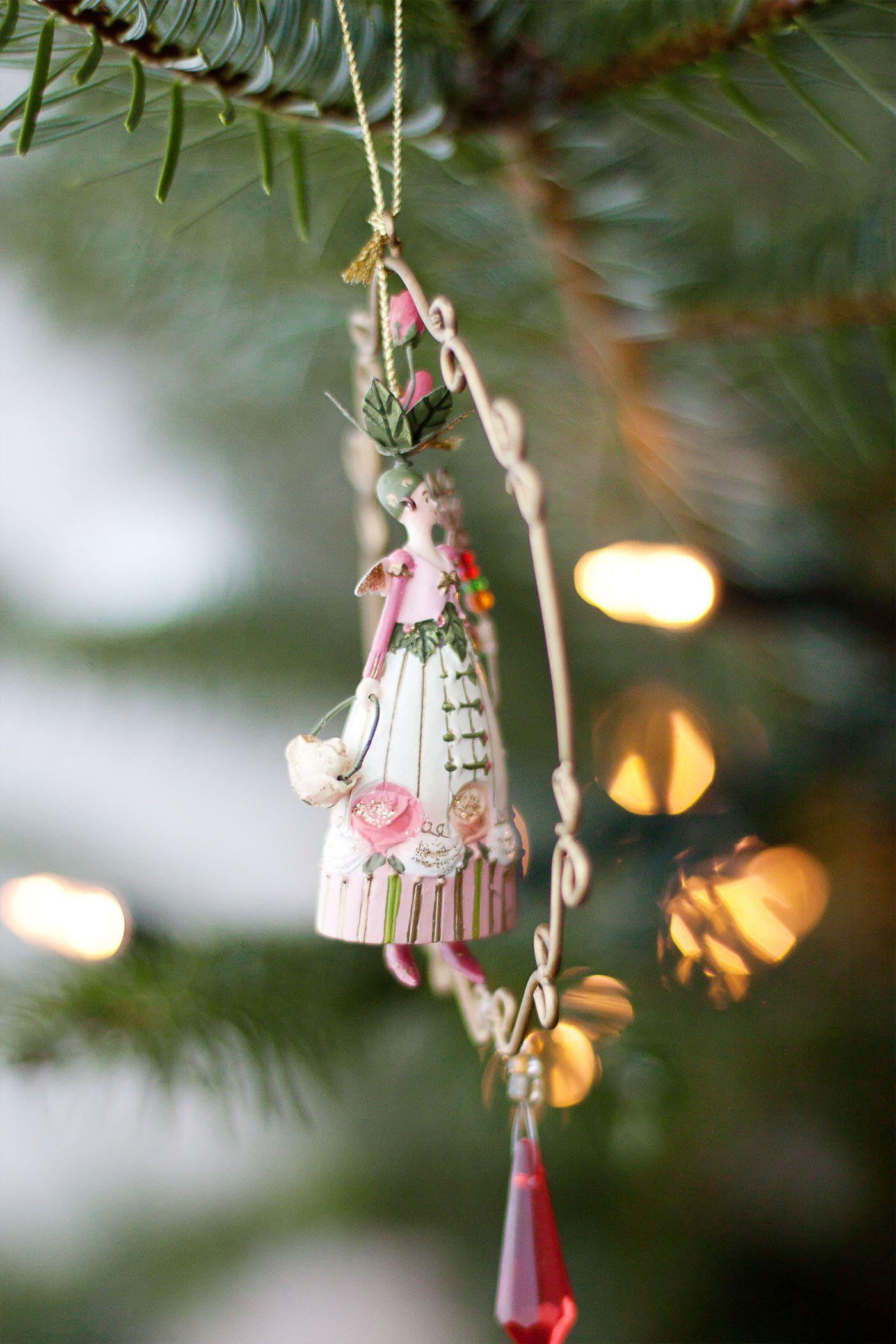 Für Kinder gehört Weihnachten neben dem eigenen Geburtstag wohl zum größten Fest des Jahres. Wenn ich an früher zurück denke, verspüre auch ich wieder einen Hauch dieser Begeisterung, mit welcher dem Fest damals entgegengefiebert wurde: All die kleinen Rituale wie das gemeinsame Singen und das Schmücken des Weihnachtsbaumes sind mir fest in Erinnerung geblieben. Diese Liebe zur weihnachtlichen Tradition möchte ich auch meinen Kindern weitergeben und so haben wir inzwischen unsere ganz…