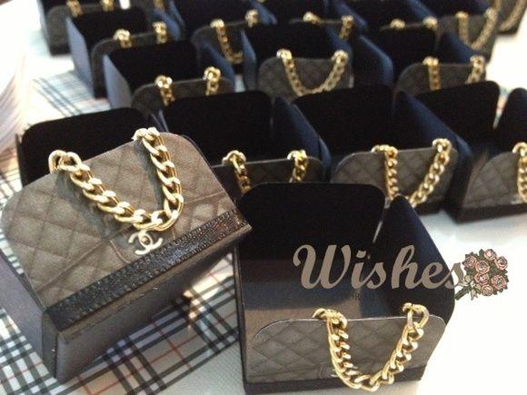 e7368bed7 Linda Forminha para Doce com Inspiração Bolsa Chanel. Feita com papel e  acabamento texturizado com fita de cetim e corrente de metal dourada  reproduz todos ...