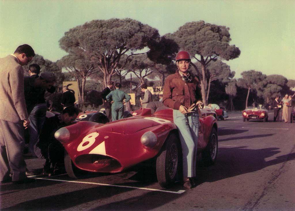 21 ottobre 1956, 6 Ore di Castelfusano. Come sempre elegantissima, Anna Maria Peduzzi e' in attesa della partenza a fianco della Stanguellini 1100 Sport di Francesco Siracusa.
