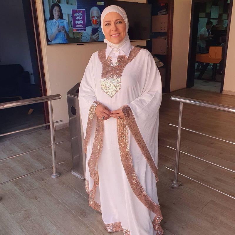 صور الإعلامية دعاء فاروق بعباية باللون الابيض 2020 Fashion Saree Sari