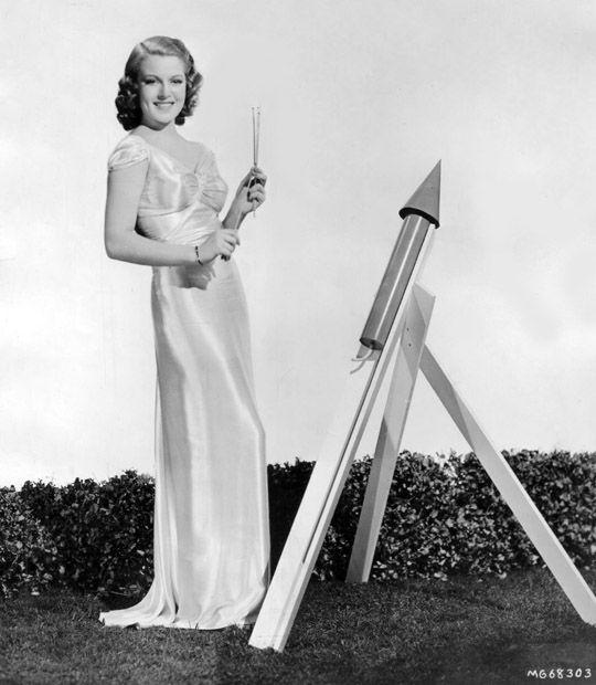 Lana Turner celebrates the of July Classic Movie Stars, Classic Movies, Vintage Hollywood, Classic Hollywood, Hollywood Glamour Photography, Old Celebrities, Ziegfeld Girls, Lana Turner, Beautiful Wife