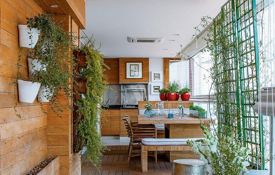 """A designer de interiores Cilene Monteiro Lupi mudou a churrasqueira de alvenaria, entregue pela construtora. """"Para a fumaça não se espalhar, eu a confinei entre painéis de vidro temperado"""", diz. Um furo permite manusear o giragrill do lado de fora."""