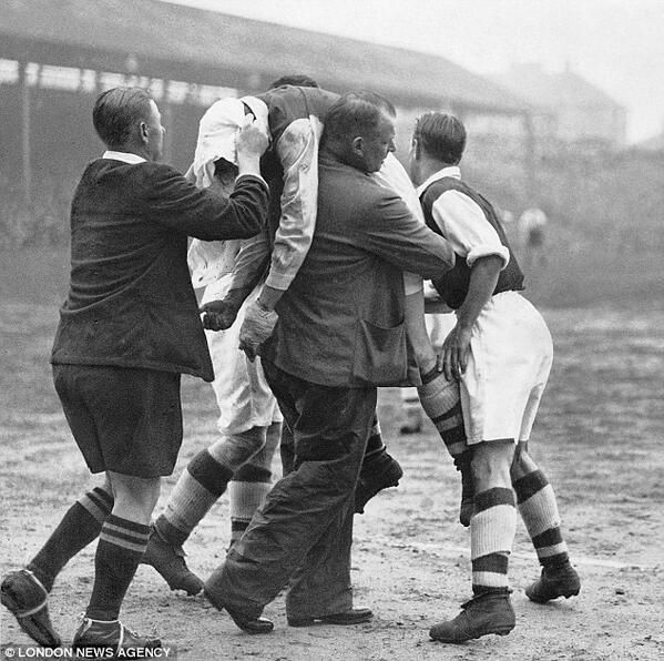 Arsenal S Ted Drake Being Carried Off After Being Knocked Unconscious By Tom Whittaker A Match V Brentford 1938 Diferentes Deportes Futbol Fotos De Futbol