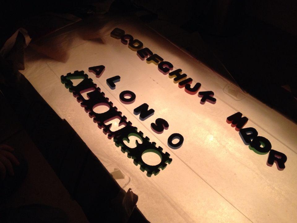 Letras y mesa de luz