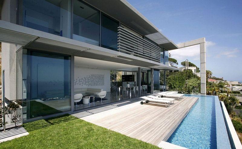 Terrasse Moderne terrasse moderne avec piscine à débordement en forme de l à cape
