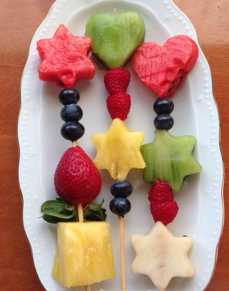 Brocheta De Frutas Una Delicia Que La Naturaleza Nos Regala Brochetas De Frutas Tallado De Frutas Y Verduras Brochetas De Frutas Fiestas