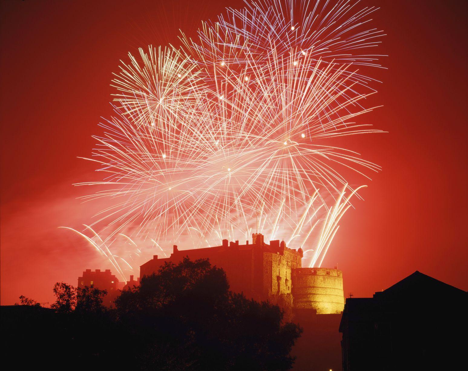 edinburgh castle fireworks new year