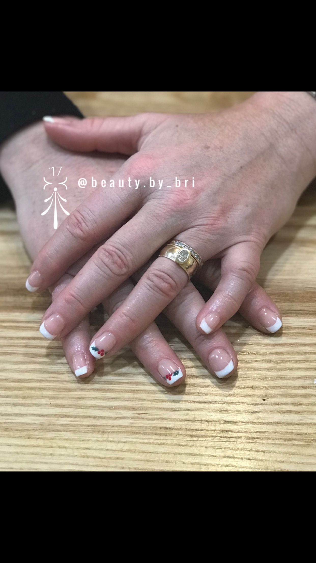 French manicure in gel with Christmas Nail art! Holly nail art ...