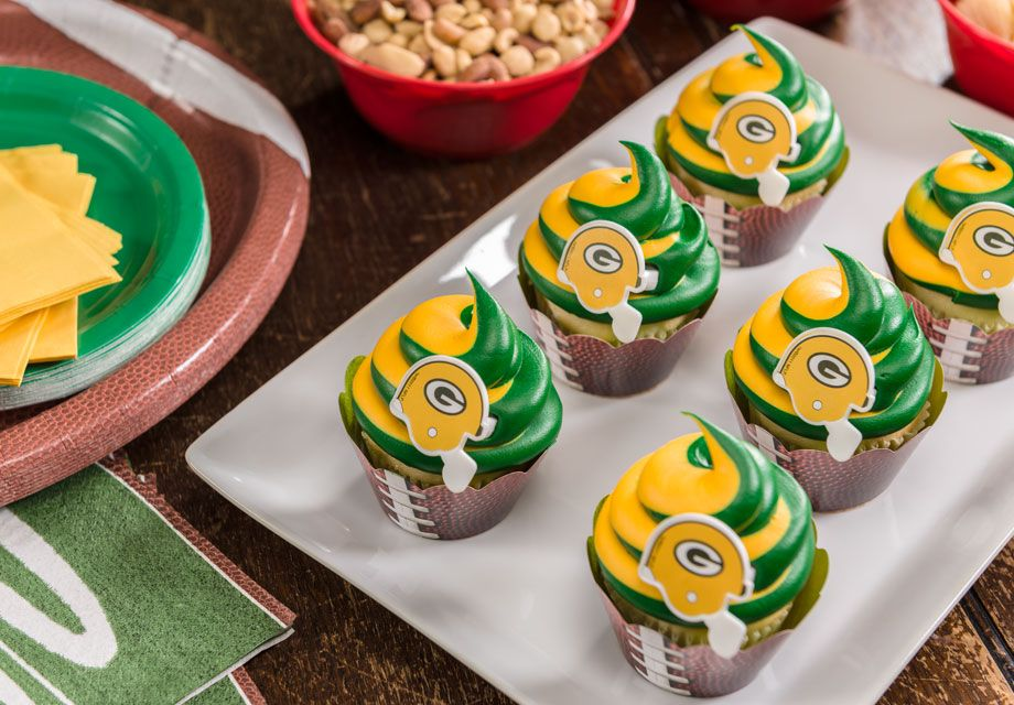 These green and yellow Packers cupcakes have us ready for kickoff. A perfect DIY for the next game day! (via Decopac) #NFLFanStyle and #contest