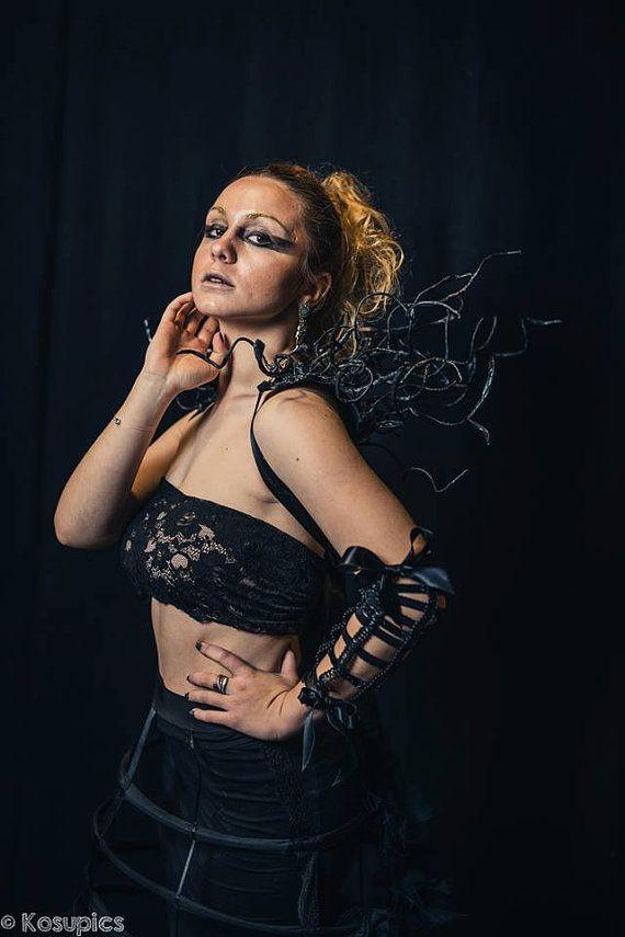 Fraise  Tour de cou  Accessoire original  par AtelierFraiseAuLoup Fraise - Tour de cou - Accessoire original - Maléfique - Cosplay - Costume de la boutique Atelier @FraiseAuLoup sur Etsy  #FraiseauLoup #Dark #fashion #darkBeauty #avantgarde #goth #gothic #burlesque #maleficient #alternativefashion