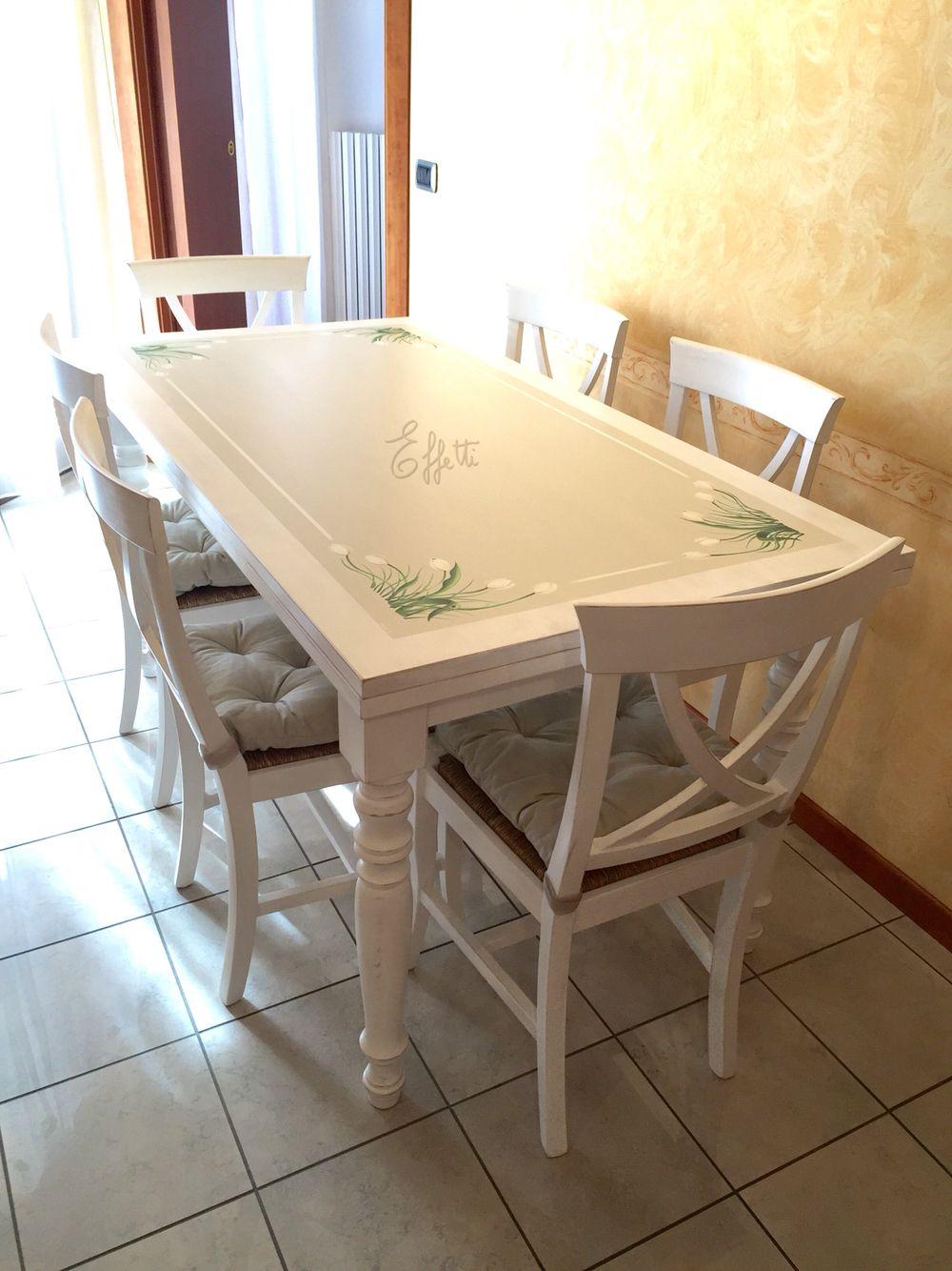 Tavolo trattato e decorato a mano sedie colorate in tinta for Sedie decorate a mano