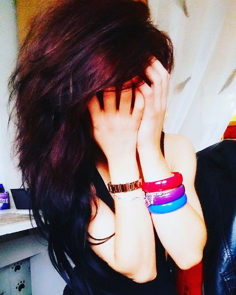 Shelly Abdallah mit roten Haare