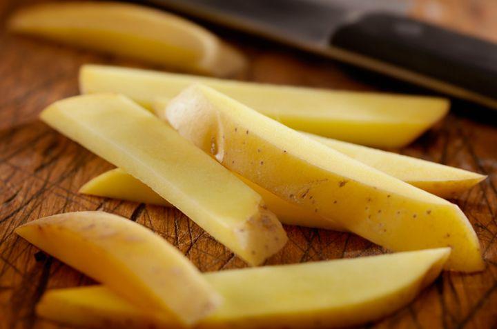 Det er viktig å kutte potetene like store. Foto: Istock