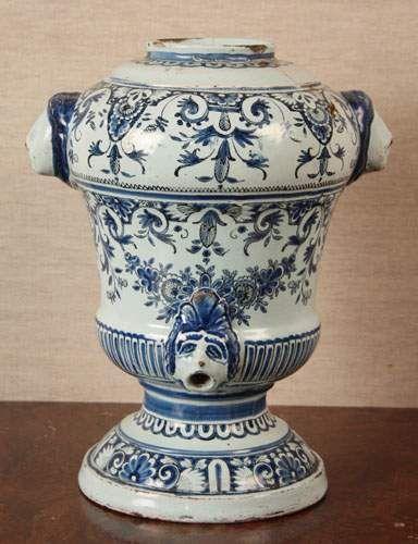 Rouen fontaine de table en faience de forme balustre à décor bleu blanc de lambrequins