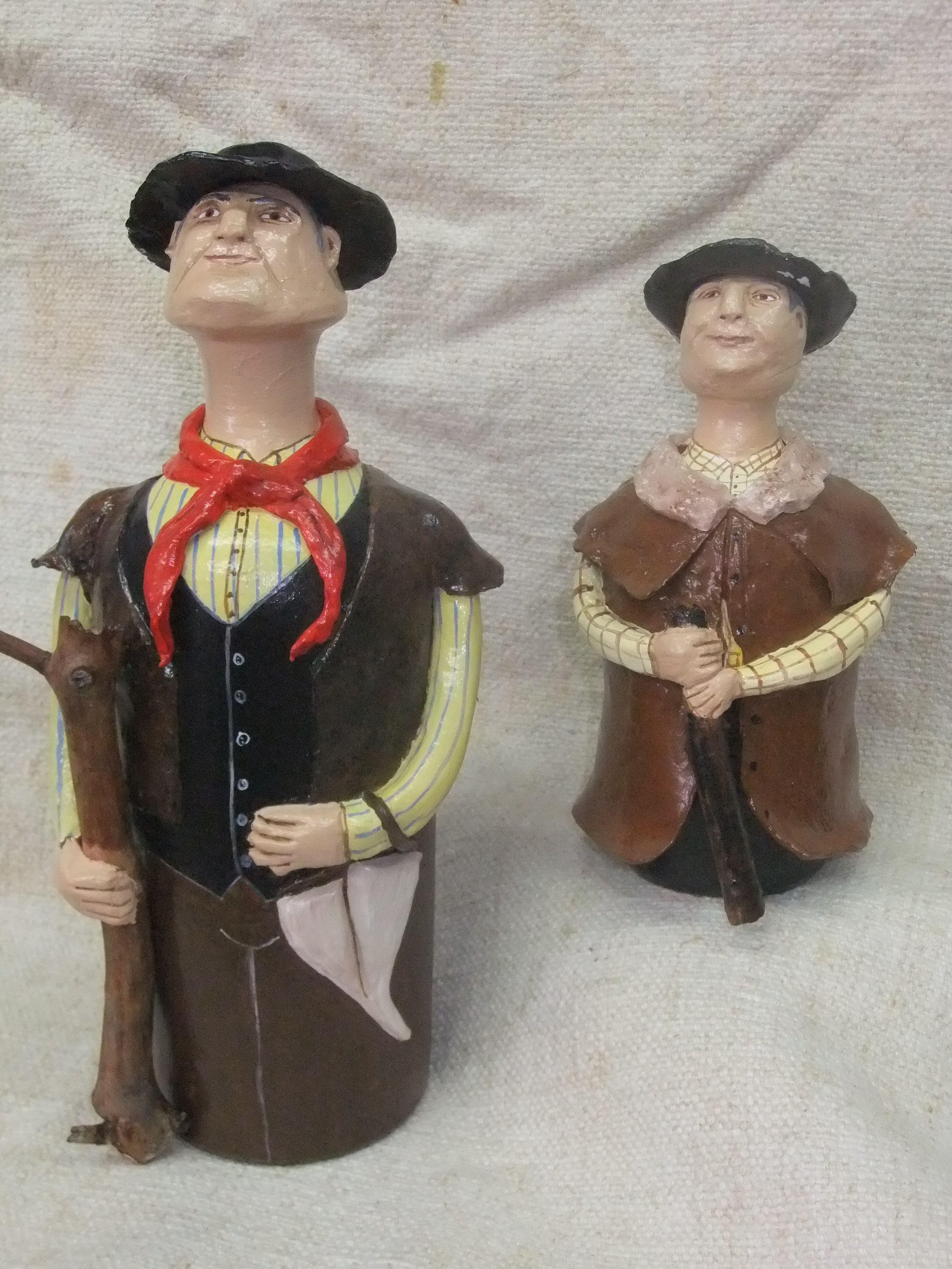 alentejanos em barro com seus trajes tradicionais.