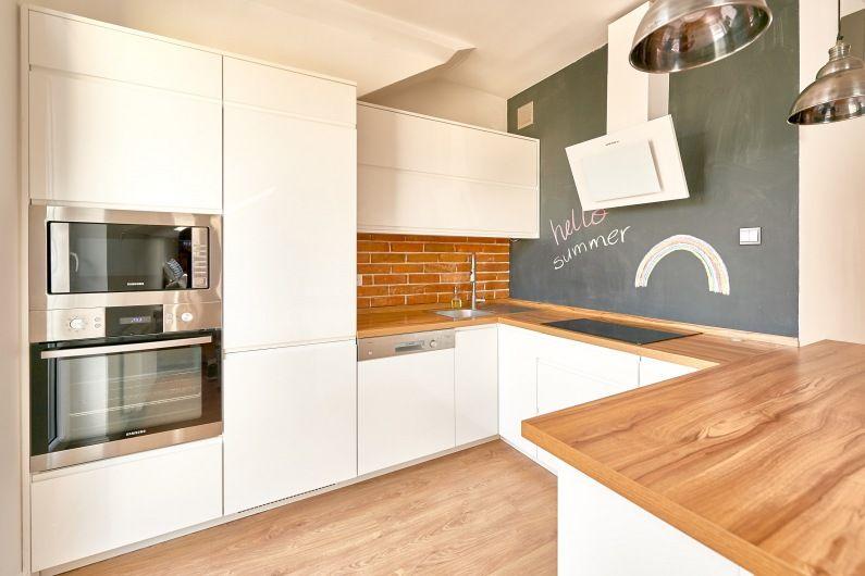 Biala Kuchnia Z Drewnem I Sciana Z Farba Tablicowa Lovingit Pl Kitchen Kitchen Cabinets Home Decor