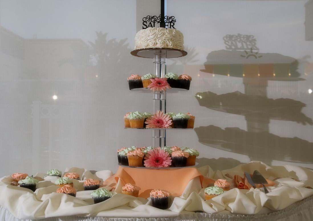 A cupcake tower lets everyone choose their favorite florida beach