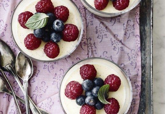 Panna cotta er en klassiker og en af de nemmeste desserter at servere til festlige lejligheder, fordi den skal laves i forvejen.