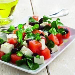 Schnelles Rezept: Salat mit Wassermelone und Feta, Kopfsalat und Oliven, verfeinert mit Minze an einem Dressing aus Zitronensaft und Olivenöl ...