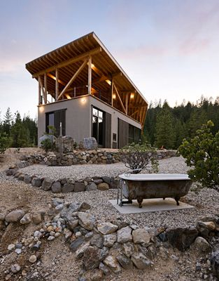 Modern cabin and cheeky tub located in the sierra for Sierra nevada cabine