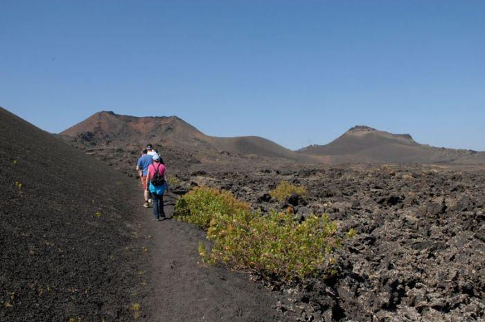 Trekking A Través De Los Volcanes De Lanzarote Lanzarote Ruta De Senderismo Senderismo