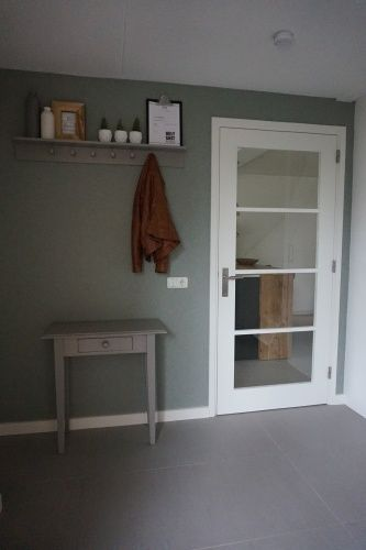 Iets Nieuws Entree | Hal | behang Kira Kwantum | Authentic Grey Flexa | groen &IJ45