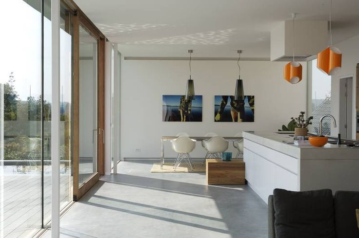 Een woning met een gevlinderde betonvloer, afgewerkt met een