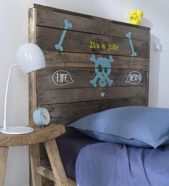 On connait déjà le potentiel récup et déco des palettes de chantier, on les utilise à nouveau dans ce DIY tête de lit en ajoutant des motifs réalisés à l'aide de pochoirs et de peinture. http://www.castorama.fr/store/pages/idees-decoration-facile-tete-de-lit.html