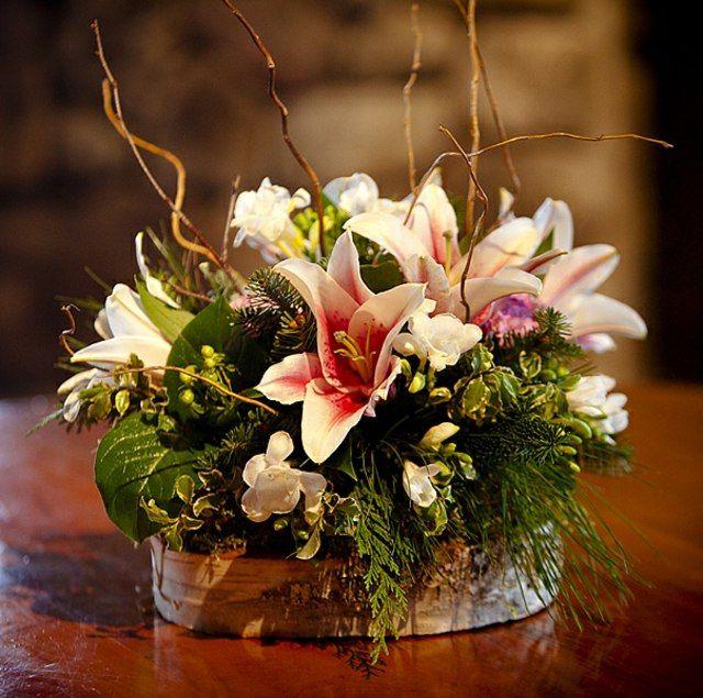 Blumengestecke konfirmation selber machen  weiße Blumen Zypressen Zweige rustikales Blumengesteck selber ...