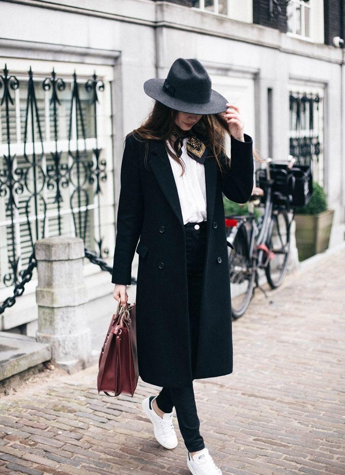 comment porter des stan smith, manteau long noir, chemise blanche, écharpe  noir et or, sac à main en bordeaux f746cb71a3a