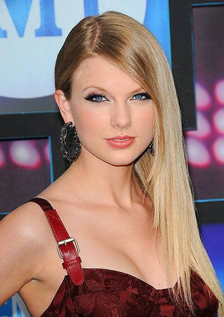 Medium Long Straight Hairstyle from Taylor Swift   Medium long hair, Straight hairstyles, Long ...