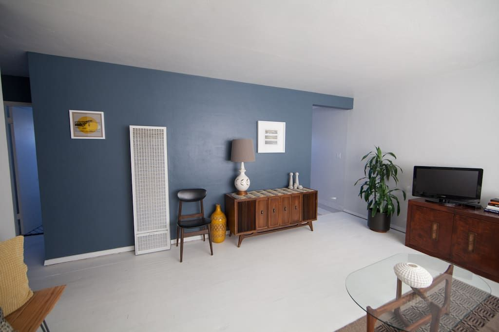 beautiful sun filled 2 bedroom upstairs apartment in north