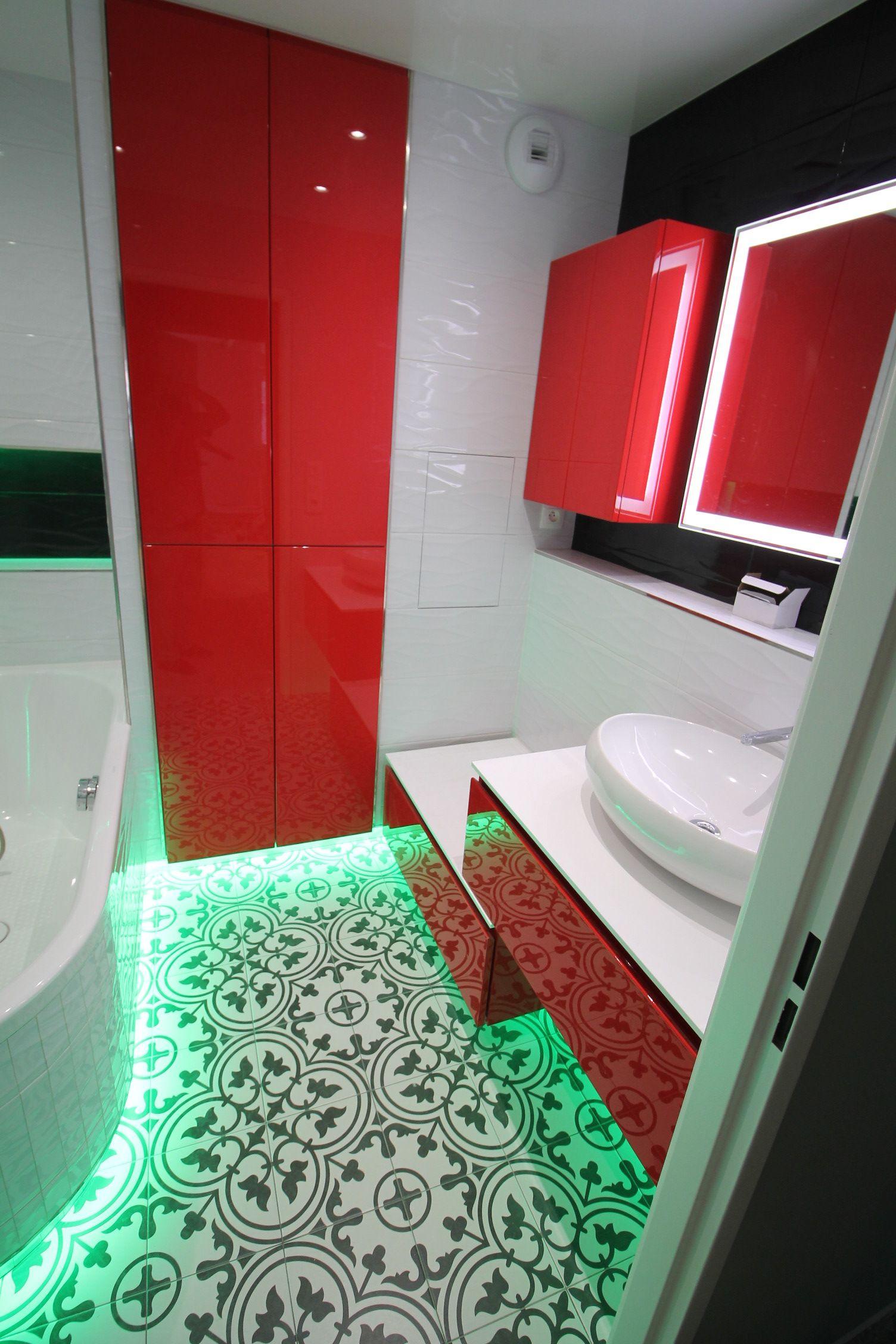 Salle de bain en noir, blanc et rouge réalisé par les bains et les ...