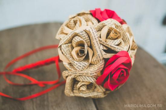 Casamento: buquê de noiva de papel de livro. Mario Lima Fotografia.