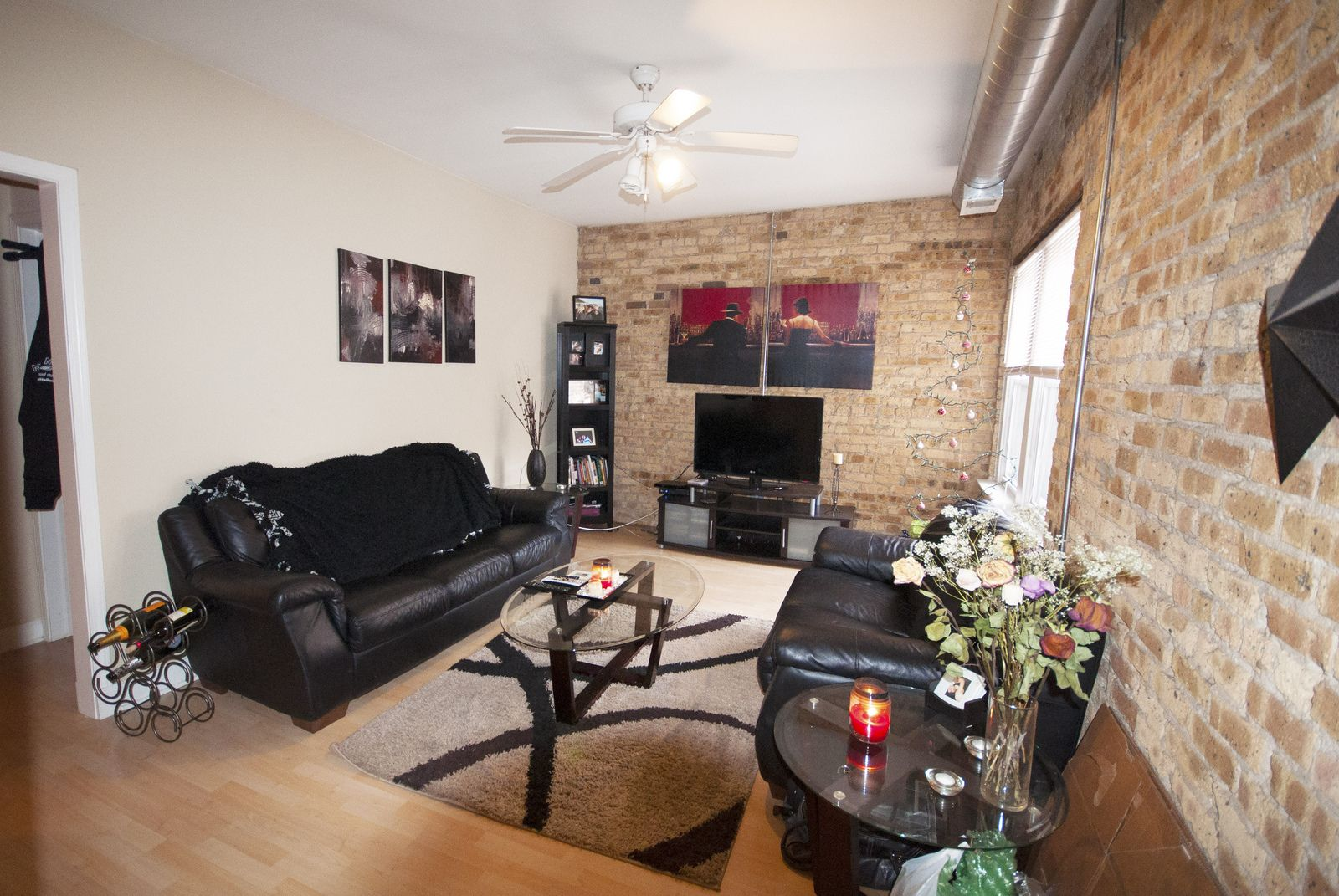 Live In The Popular East Lakeview Neighborhood In Chicago At 420 W Surf Bjbproperties Eastlakevi Lake View Chicago Apartment