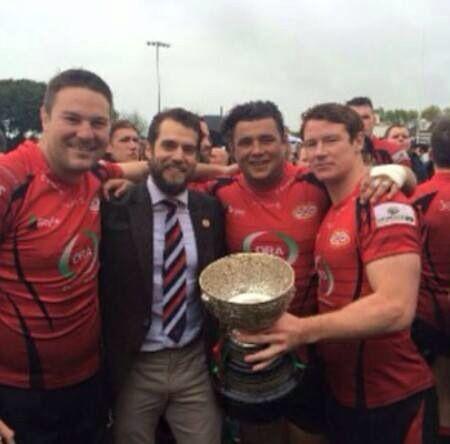 Henry entrega a taça de campeão ao time de Rugby de Jersey na Siam Cup.