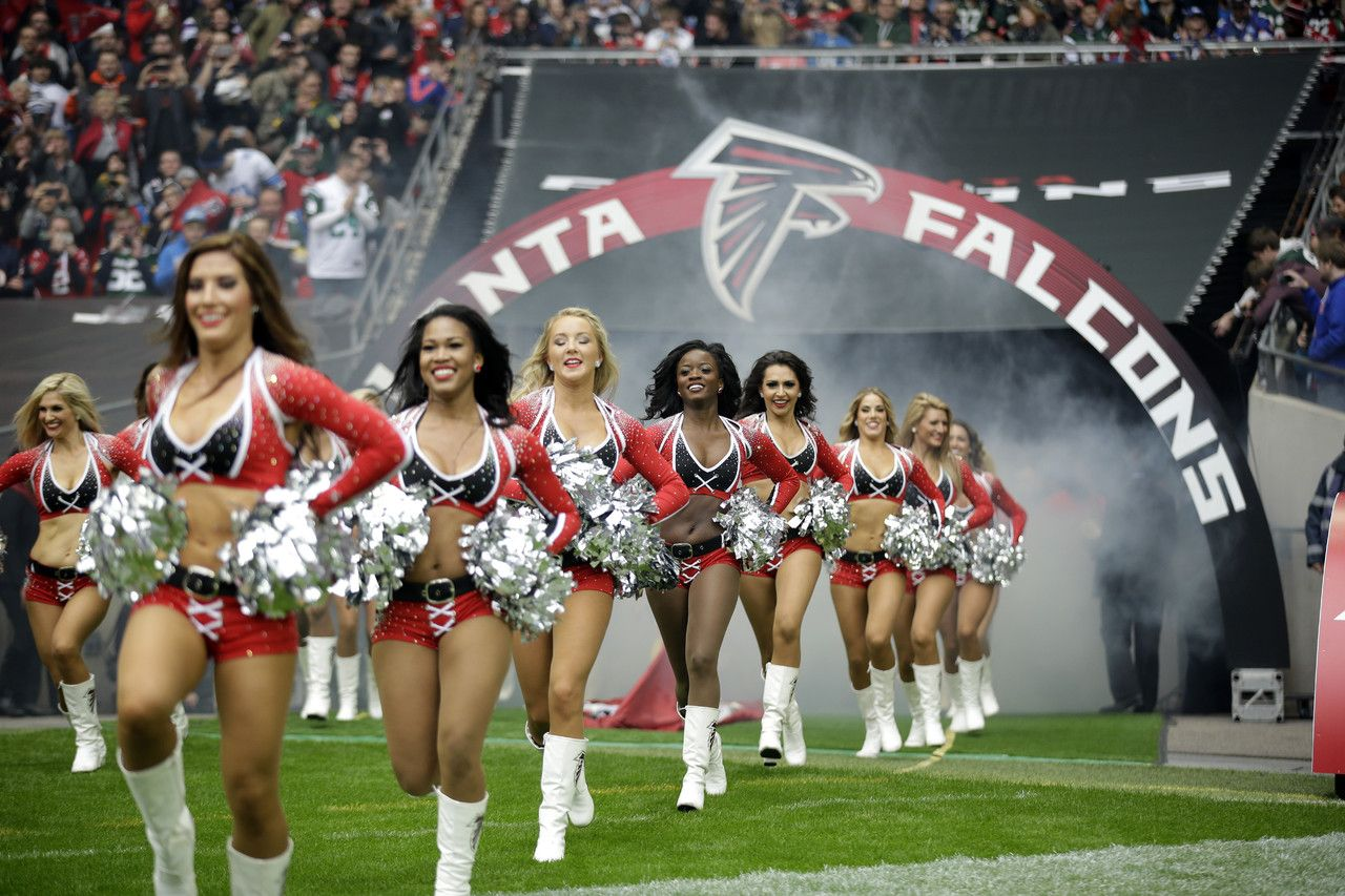 Atlanta Falcons Cheerleaders Run To The Field Before The Nfl Football Game Between The Atl Falcons Cheerleaders Atlanta Falcons Cheerleaders Cheerleader Images