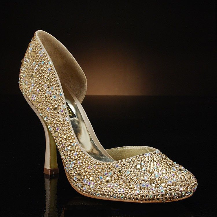 Latest Pakistani Bridal Golden Shoes #shoes #bridalshoes ...
