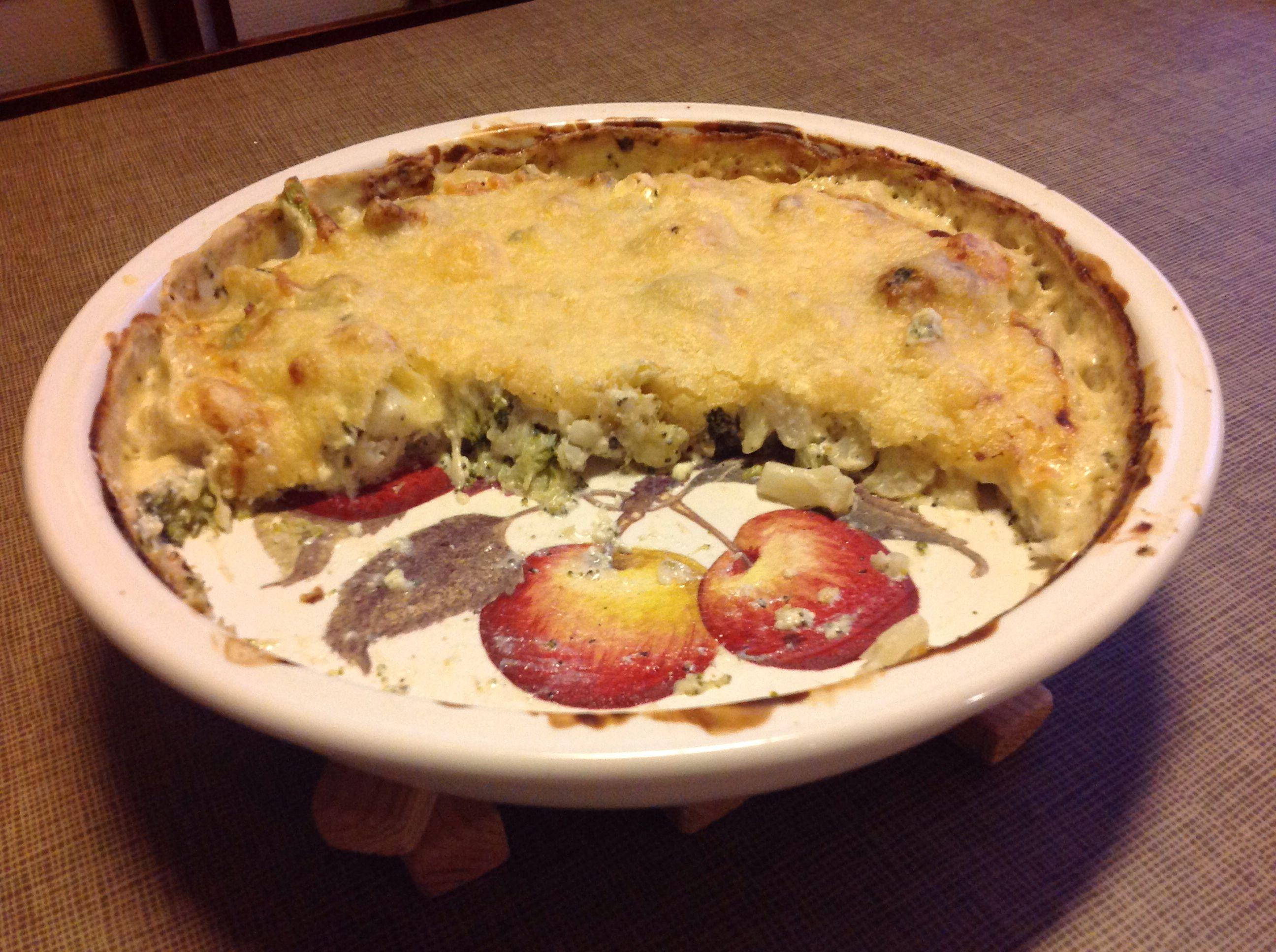Superhelppoa ja -hyvää! Pussillinen pakaste-kukkakaalia ja -parsakaalia, purkillinen Creme Bonjour cuisine pippurisekoitusta, sinihomejuustoa ja juustoraastetta.