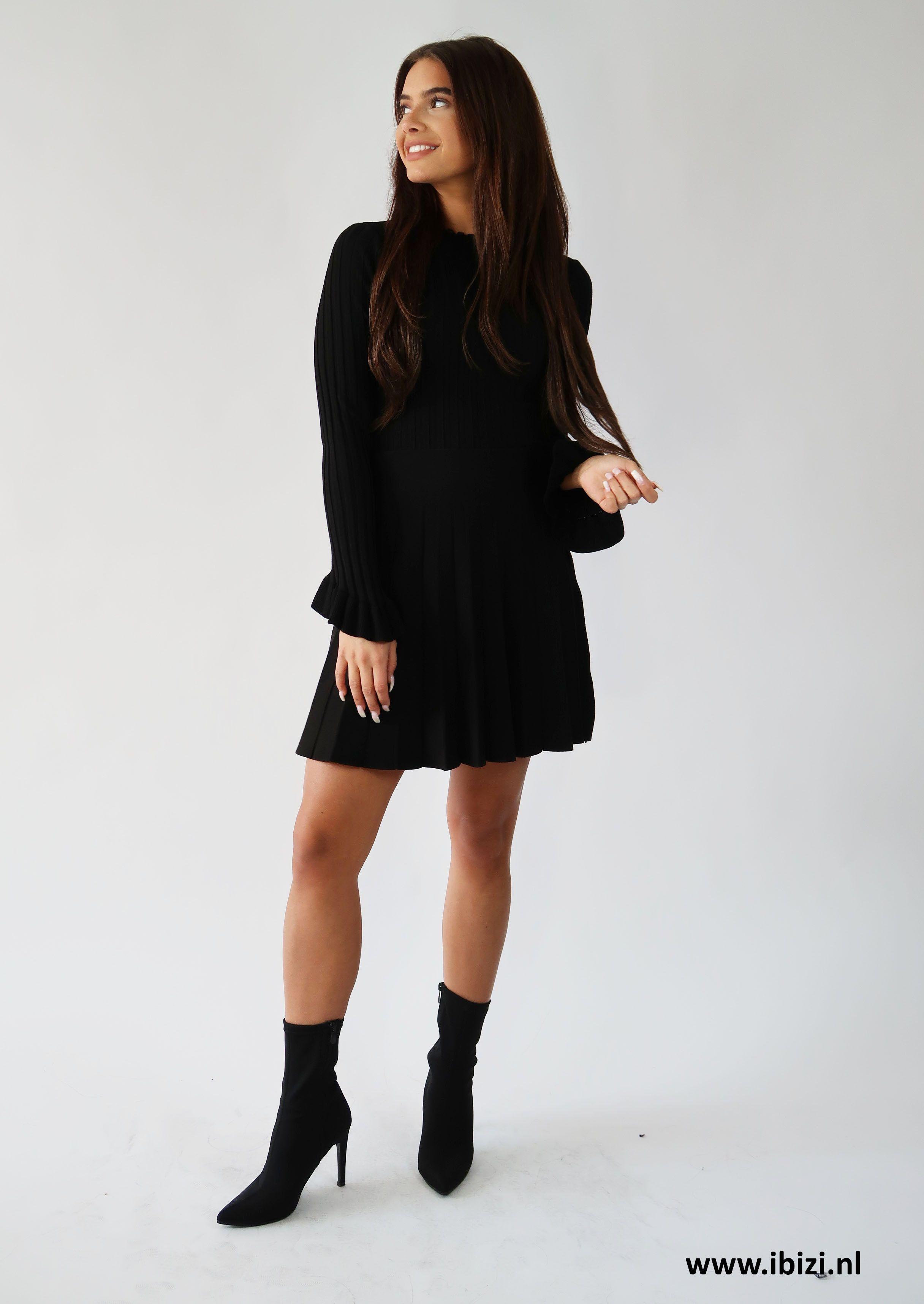 3917ff0505b656 Mooie outfit in zwart - UItlopend rokje + Ruffle Top in zwart ...