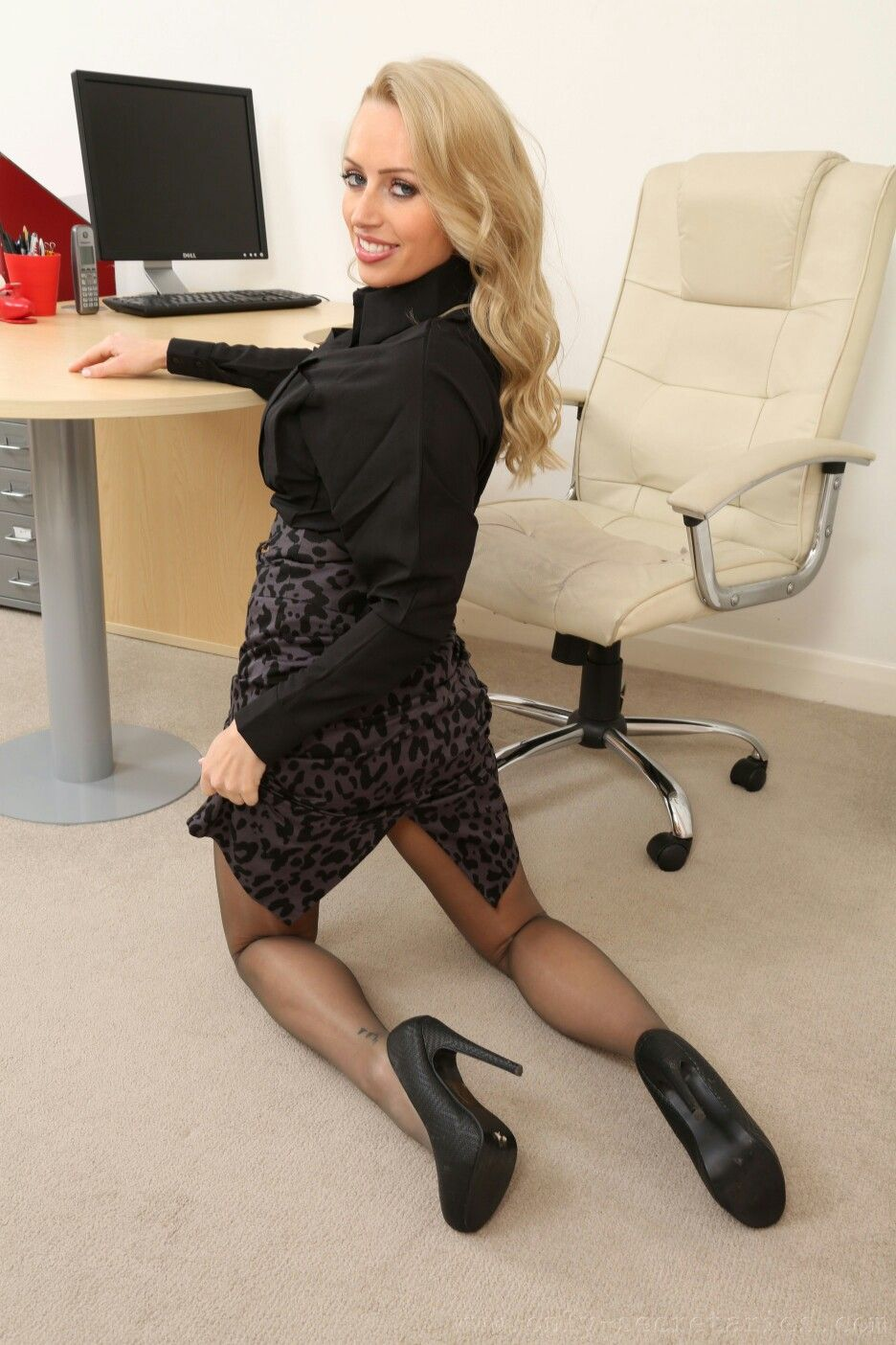 On The Knees  In The Office In 2019  Sexy Stockings -8532