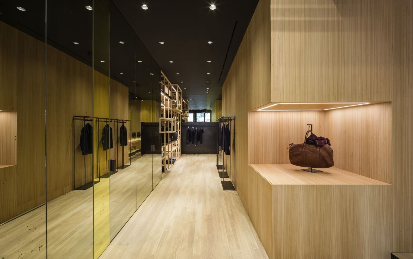 Francesc Rifé Retail. Tienda de moda Nino Fernández en Barcelona. Estructuras de madera, cristal y espejo en el antiguo Colmado Quílez. #fashion #retail #moda #interiordesign #interiorismo #glass #furniture #light Nichos de madera con iluminación led