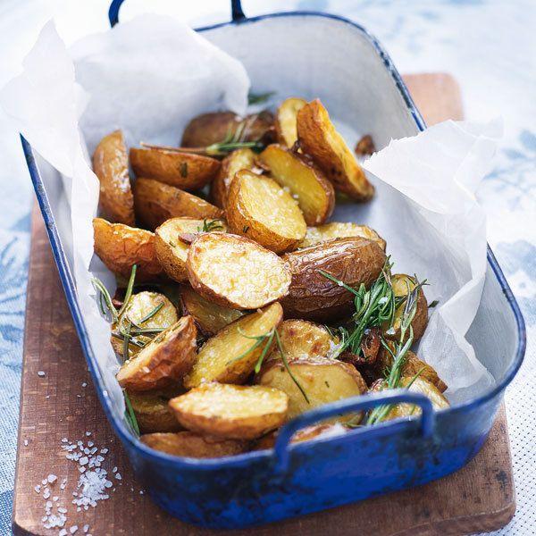 Rosmarin-Ofenkartoffeln #kartoffelnofen Herrlich aromatische Kartoffeln aus dem Ofen, da sie während des Garens das Aroma des Rosmarins aufnehmen. Sie passen gut zu allen Grillgerichten. #kartoffelnofen