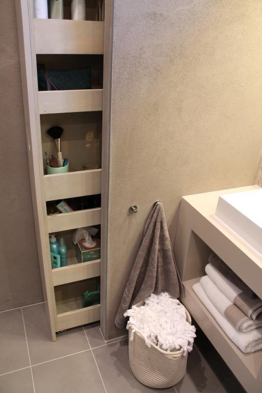 Klusvrouw Noortje bouwt een kast voor in de badkamer van Mark en ...