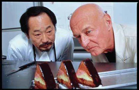 Tokio: Peter Schmidt und Patisseriechef Meister Ando begutachten kritisch das von Peter Schmidt designte Kuchenwerk...